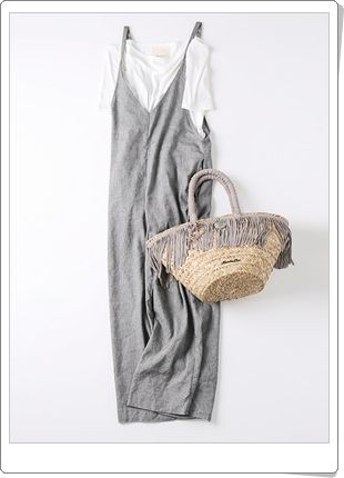 Tシャツの上からサロペットを重ね着する春コーデ